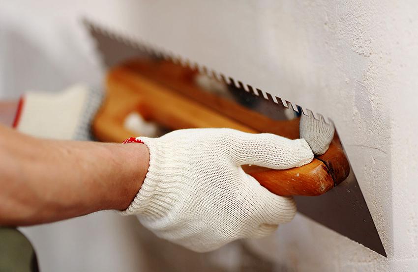 Стены рекомендуется тщательно выровнять с помощью шпаклевки