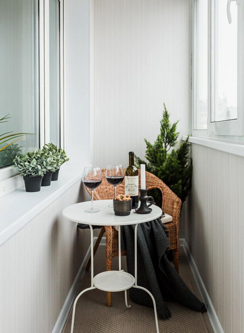 Если балкон маленький, то оптимальным вариантом станут обои светлых цветов