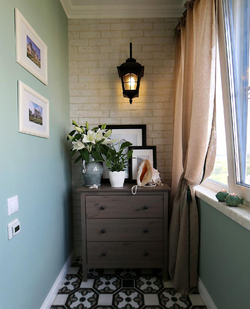 Отделывая маленький балкон нужно отдавать предпочтение светлой цветовой гамме