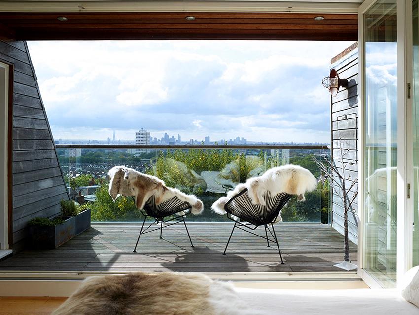 Как правило, балконы находятся снаружи фасада, а лоджии являются частью помещения