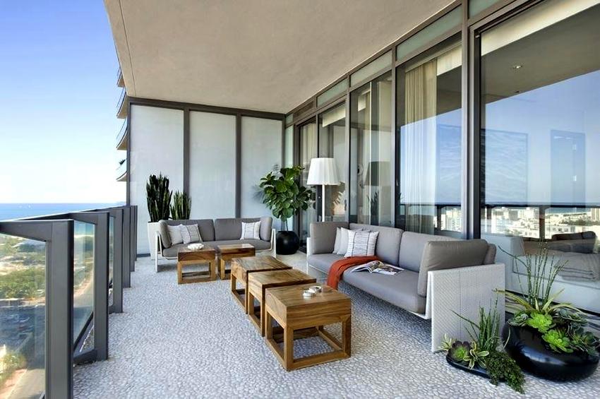 Очень хорошо на балконе вписываются живые растения в горшках