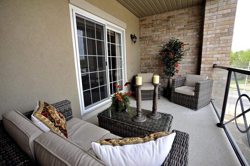 Если площадь позволяет, балкон можно сделать зоной для отдыха и посиделок с близкими