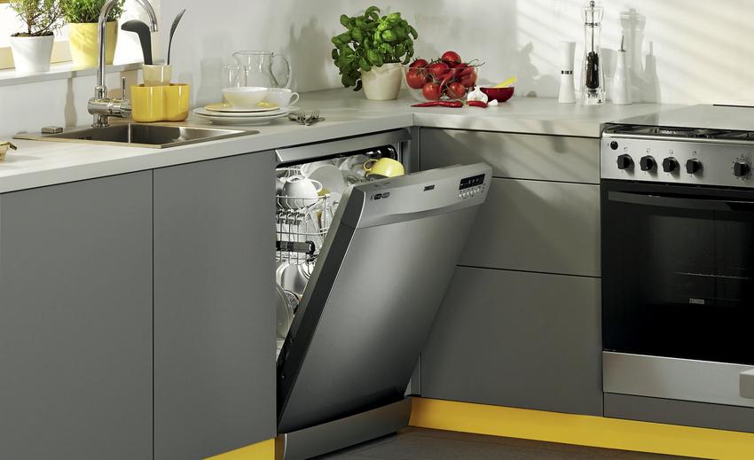 Посудомоечная машина к стенкам шкафчика фиксируется с помощью полимерных вкладышей