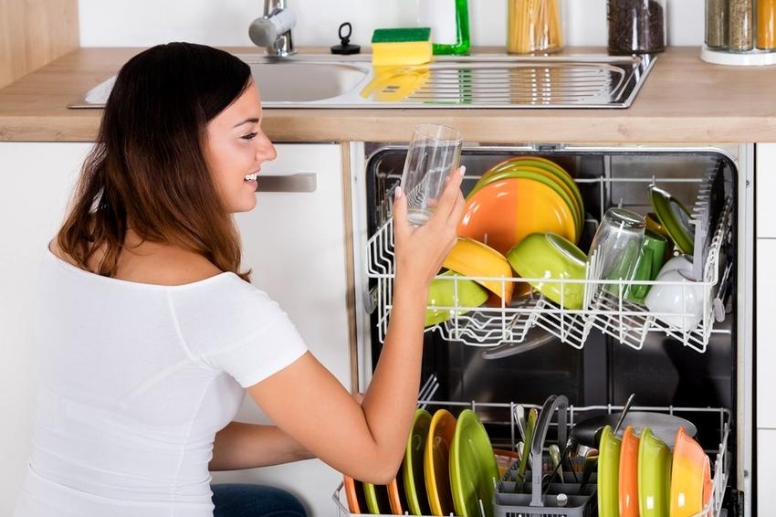 Полноразмерные посудомоечные машины имеют высоту 90 см и ширину 65 см
