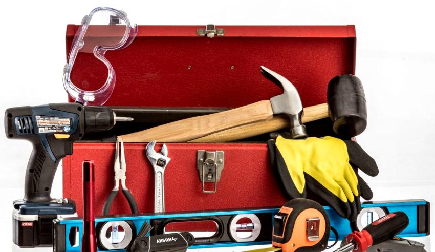 Инструменты, которые понадобятся для установки агрегата – это электродрель, отвертки, шуруповерт, молоток, уровень, плоскогубцы