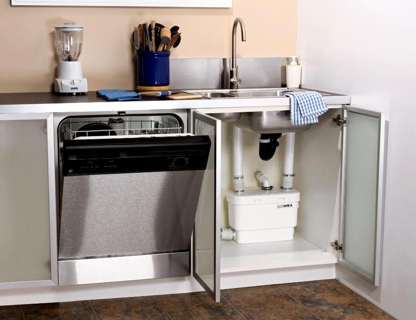 Модуль, располагающийся по соседству с раковиной считается самым подходящим местом для установки посудомойки