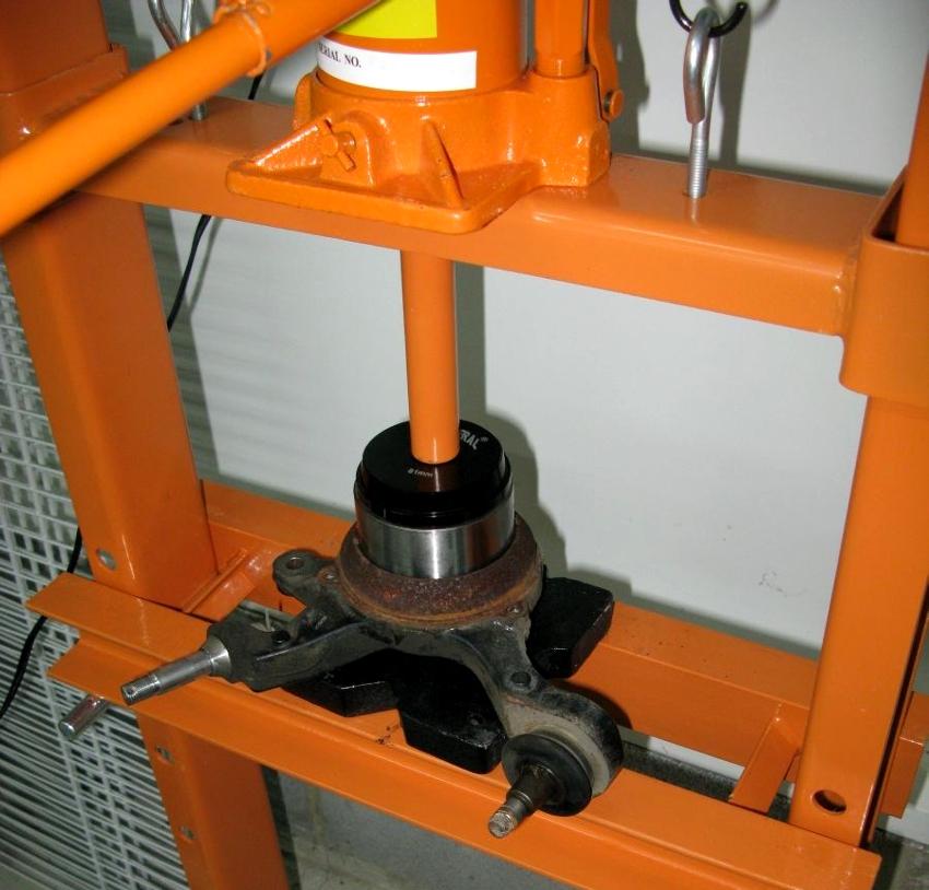 Пресс гидравлический для гаража изготовленный своими руками может иметь вертикальное или горизонтальное исполнение