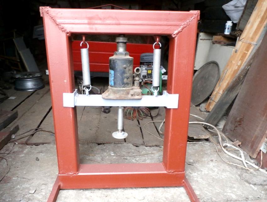 Пружины, используемые для доводки дверей, обеспечивают работу переставной опорной балки возвратного механизма