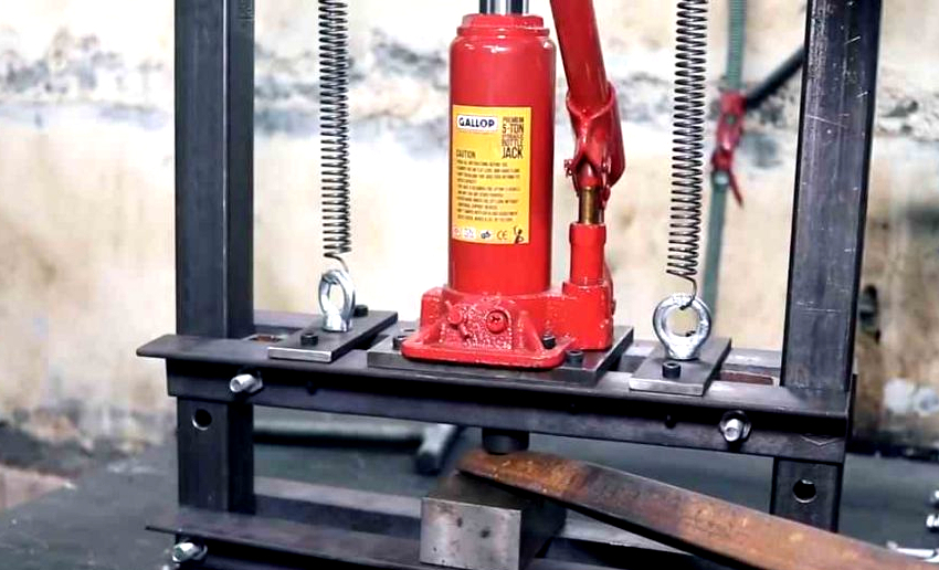 Материал для стоек и станины необходимо подбирать с запасом прочности, это исключит повреждение пресса при оказании большого давления