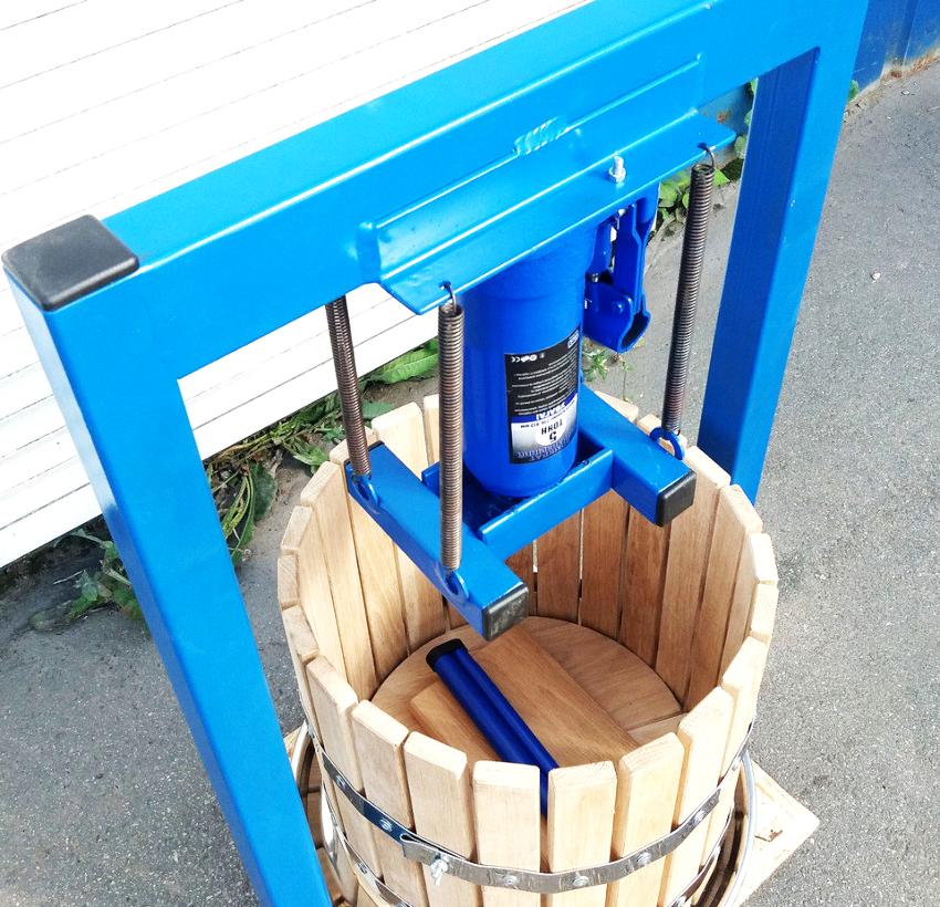 Переделанный домкрат при помощи болтов фиксируется в перевернутом положении к центральной части верхней балки