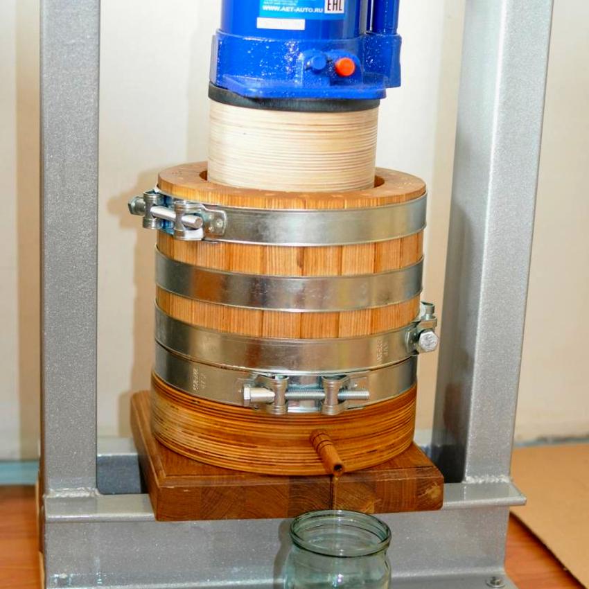 Самодельный пресс из домкрата также можно использовать для отжима масла