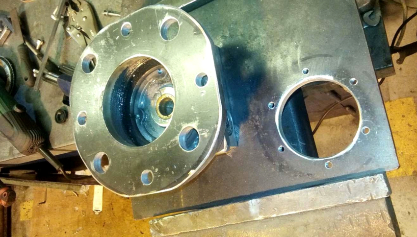 Фланец для гидравлического пресса с электродвигателем можно выполнить из автомобильной ступицы