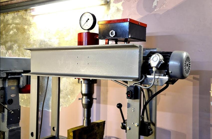 Гидравлический пресс с электродвигателем можно создать как напольного, так и настольного типа