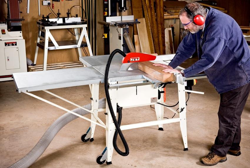 Для изготовления стола циркулярки своими руками можно применять доски, металлический лист или фанеру