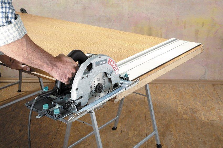 Крепление направляющей к основанию установки осуществляется при помощи болтов с гайками