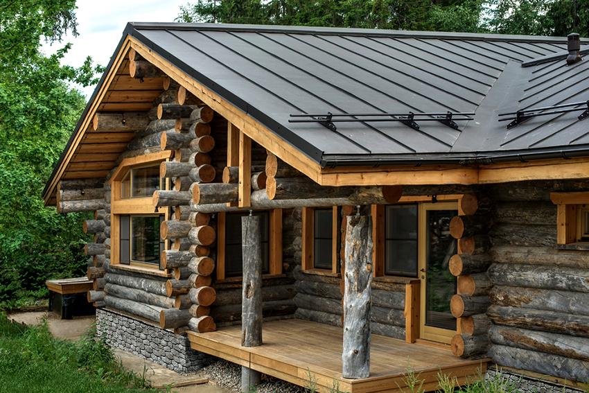 Баня может быть отдельно стоящей или располагаться под одной крышей с жилым домом
