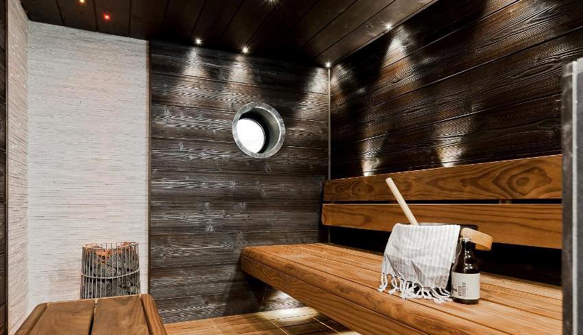 Стены и потолок бани внутри можно обшить досками или вагонкой