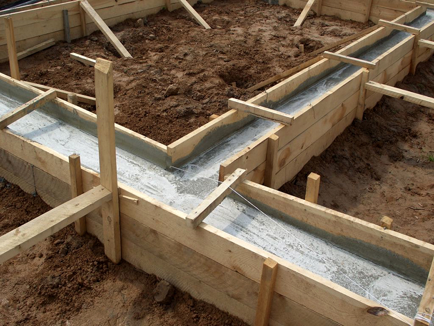 При строительстве бани выбирают столбчатый или ленточный фундамент