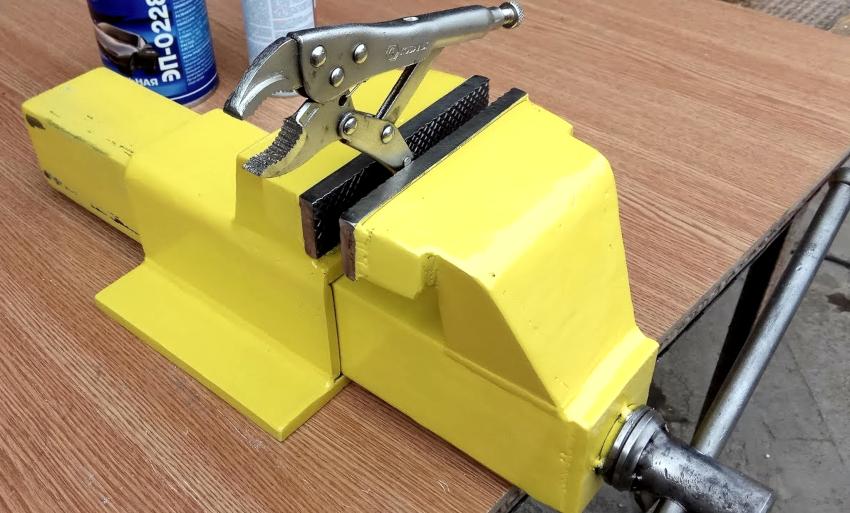 Слесарные тиски проще всего изготовить своими руками из швеллера