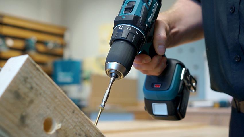 Инструмент Makita 6271DWAE удобен в работе, имеет небольшой вес и функцию реверса