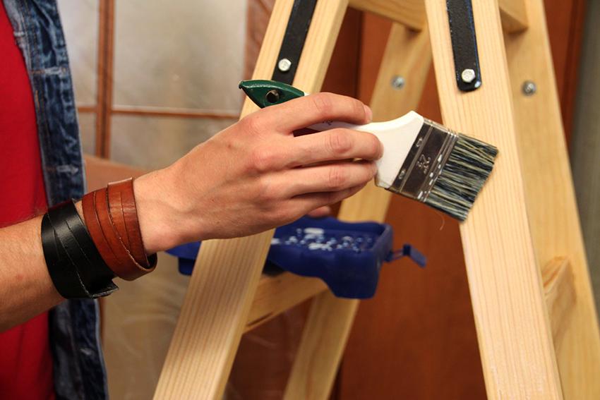 Для защиты древесины стремянки используют морилку, краску, олифу, а также другие антисептические пропитки