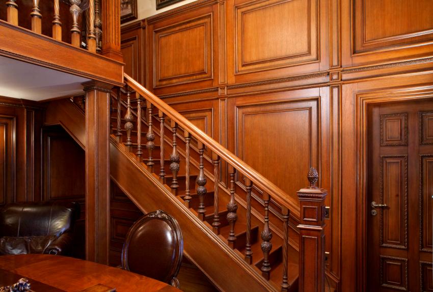 Согласно нормам высота перил для деревянных лестниц должна быть не ниже 90 см