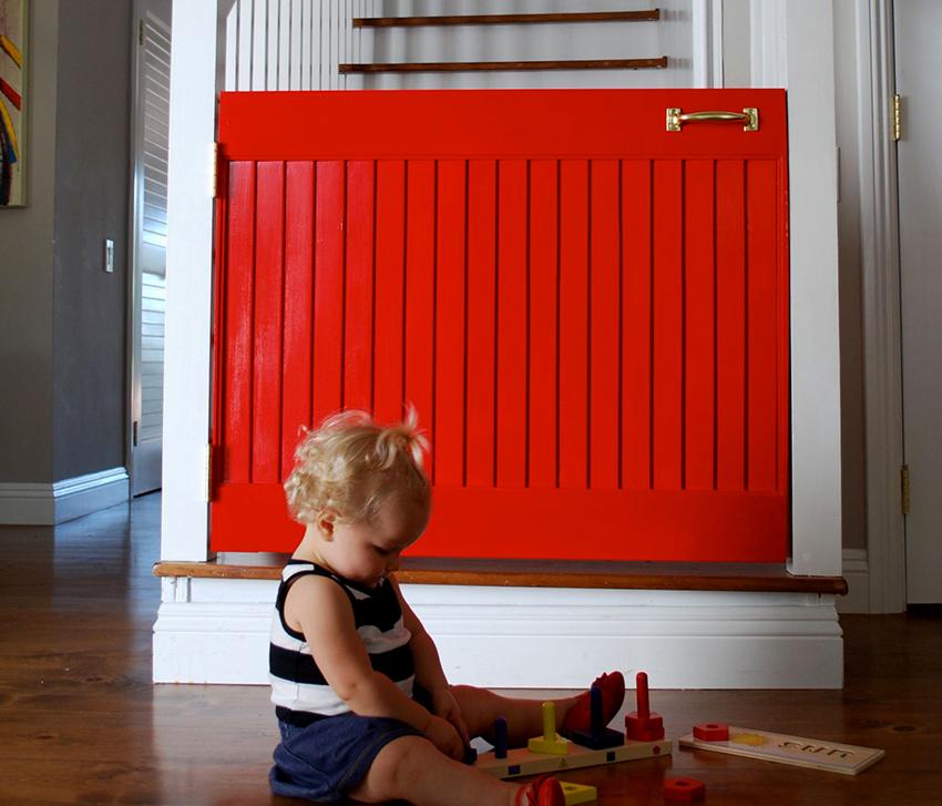 Ограждение от детей на лестницу можно сделать из ненужной двери