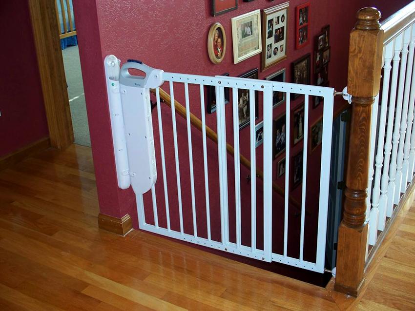 Для заграждения лестницы используют барьеры, калитки, ворота, сетки и решетки