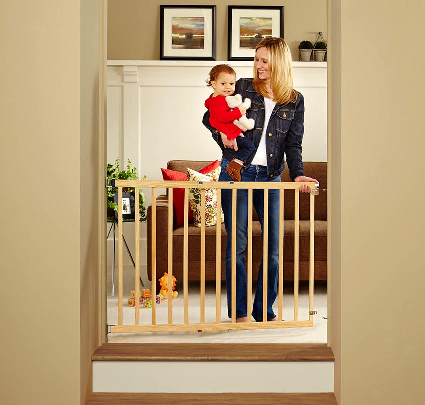 Если лестница деревянная, то и ограждение рекомендуется использовать из того же материала