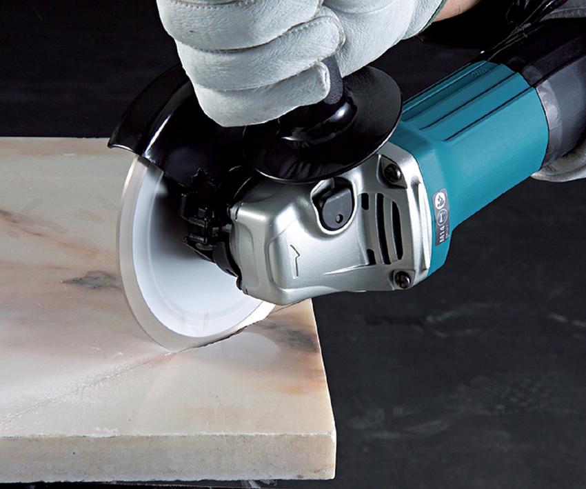С помощью диска по бетону можно выполнять нарезания швов в асфальте, бетоне и камне