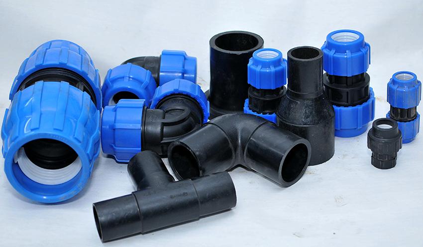 Для соединения ПНД-труб применяются переходники, отводы, крестовины, тройники, хомуты, фланцы
