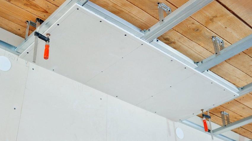При создании подвесных потолков, панели ГВЛ крепятся на деревянную или металлическую обрешетку