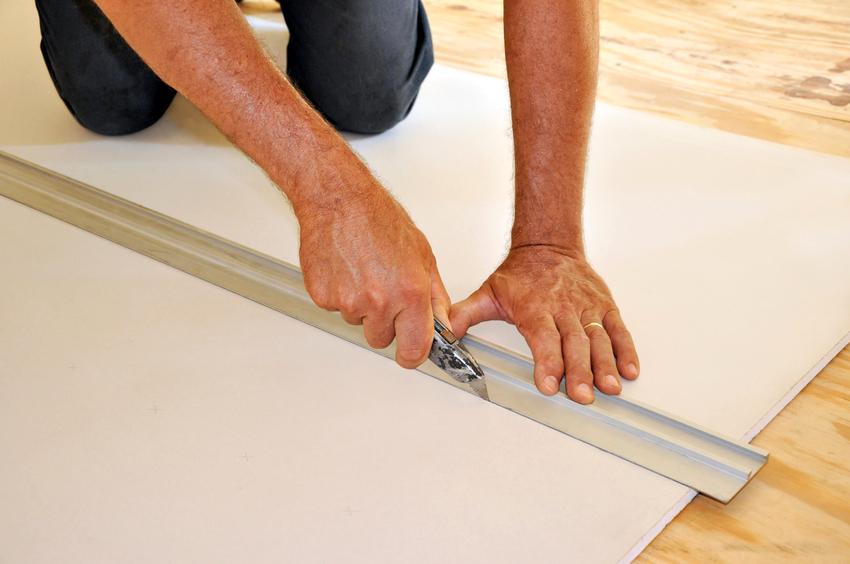 Гипсоволокнистые листы легко режутся с помощью строительного ножа, ножовки для гипсокартона, болгарки и электролобзика
