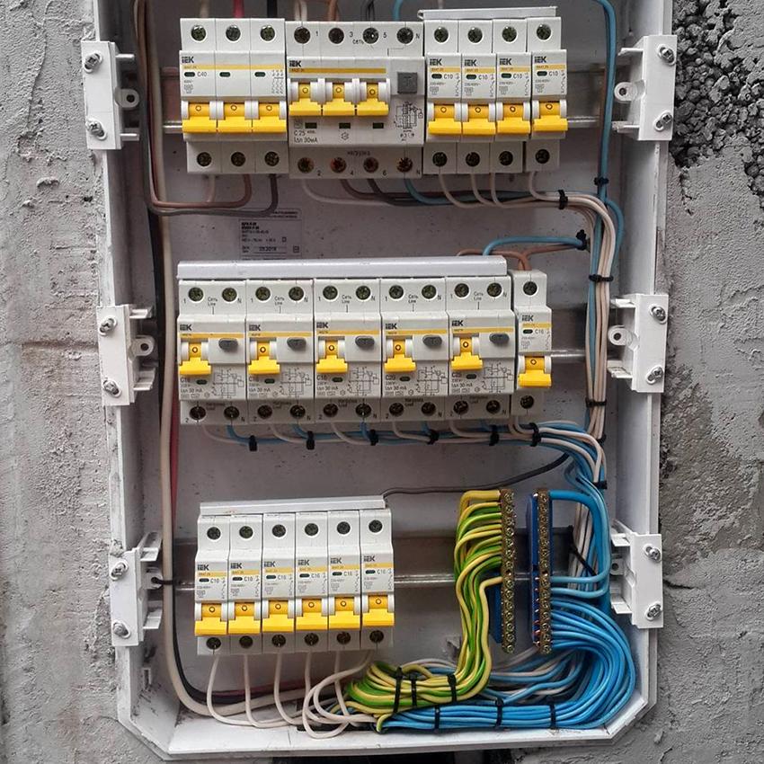 Перед монтажом звонка нужно отключить электричество на распределительном щитке