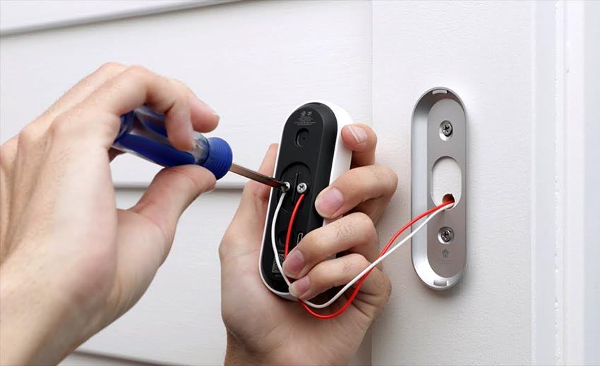 Для двери в квартиру можно приобрести и подключить звонок любого типа