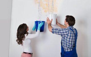 Как слить воду с натяжного потолка с минимальными затратами и спасти свой ремонт
