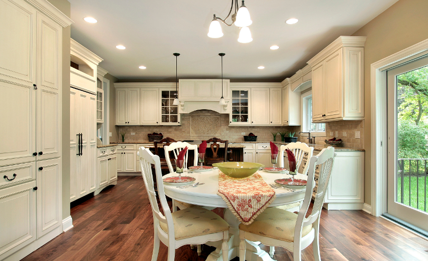 Качественный монтаж потолочной конструкции может защитить от залива мебель и технику