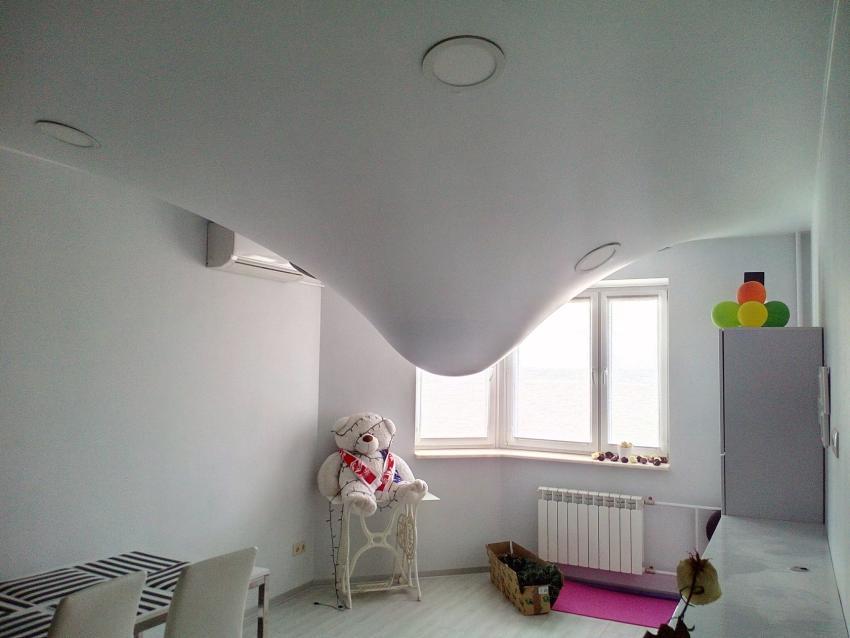 ПВХ-пленка – прочное покрытие для потолочных конструкций, которое способно удерживать влагу под потолком
