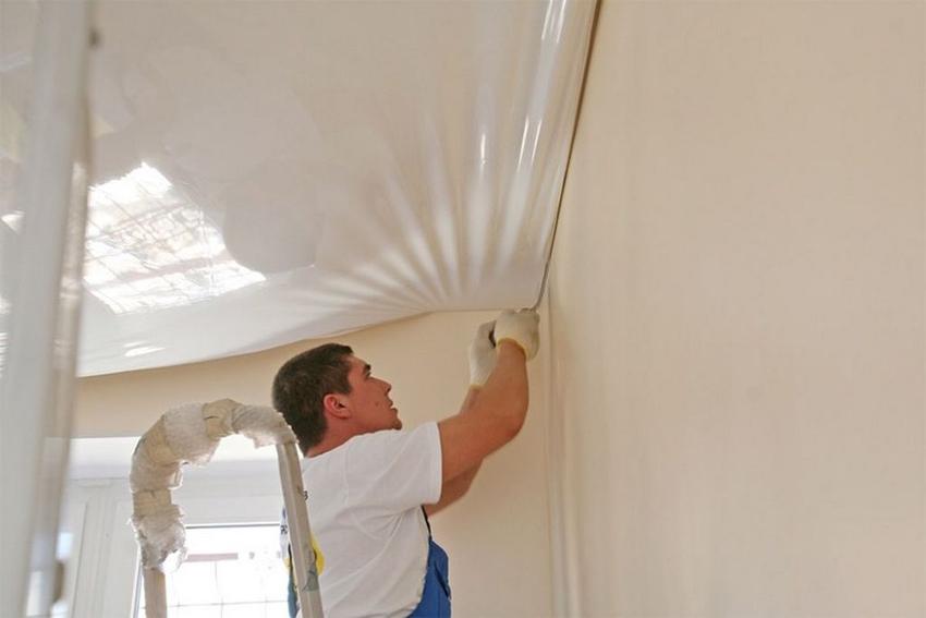 Сливать воду, накопившуюся под потолком, необходимо после выполнения всех подготовительных этапов