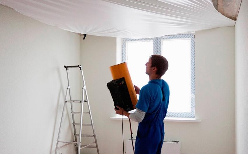 Компании, которые монтируют потолочные конструкции, могут предлагать услуги по сливу воды из под потолков