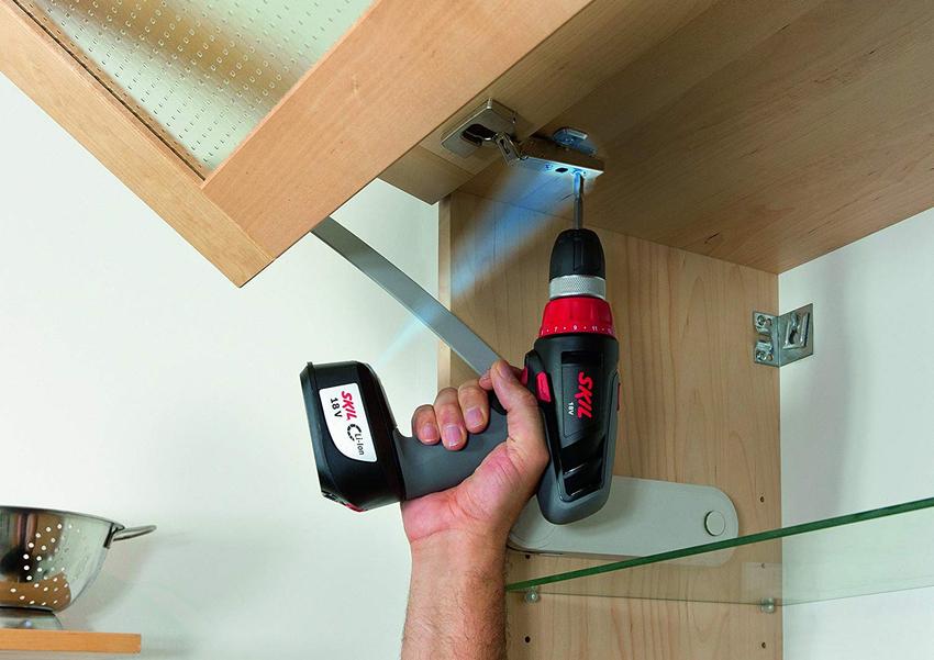 Сегодня без использования шуруповерта собирать шкаф или другую мебель вряд ли кто-то захочет
