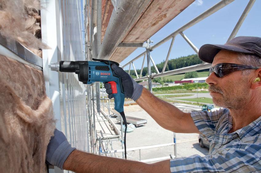 Среди преимуществ сетевого инструмента выделяются высокая мощность, отсутствие необходимости зарядки и небольшой вес