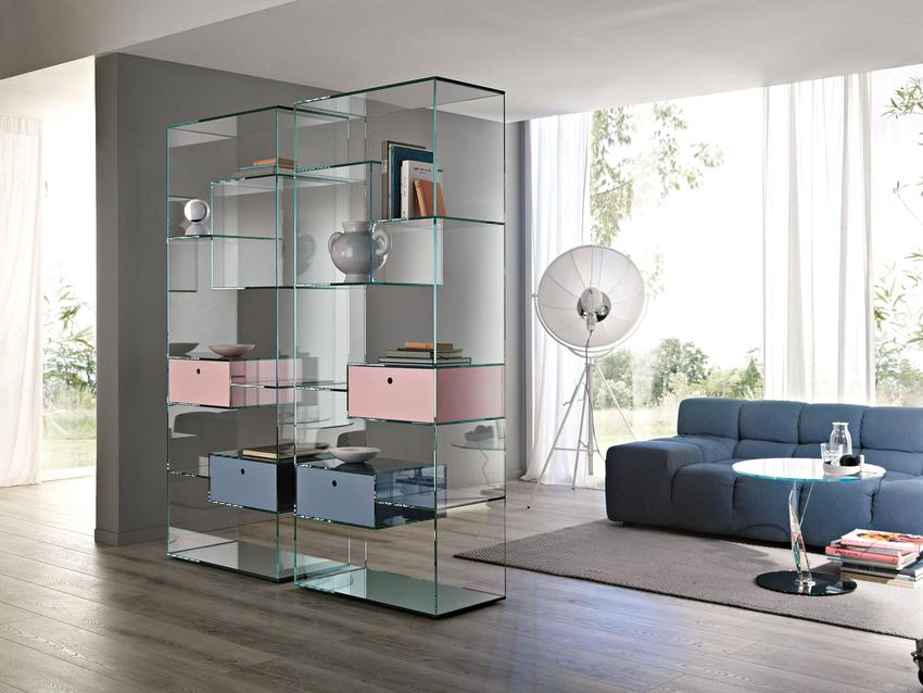 Стеклянный шкаф-витрина придаст особую ауру любому интерьеру
