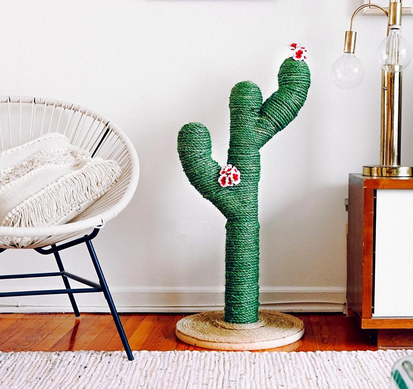 Необычная когтеточка напольного типа сделанная в виде кактуса