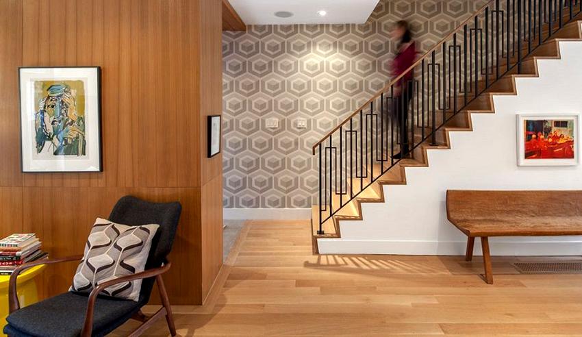 Лестницы из кованого метала хорошо сочетаются с другими материалами