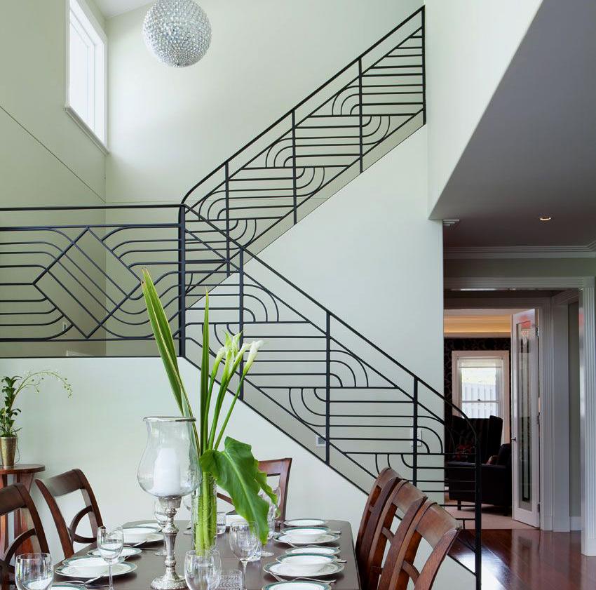Лестницы с коваными перилами можно устанавливать как внутри дома, так и на улице