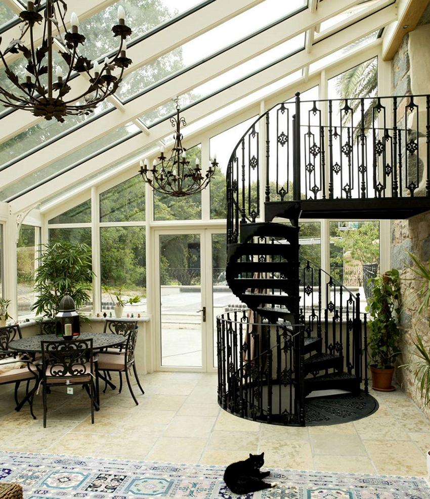 Кованые перила отлично подходят для лестниц в загородных домах