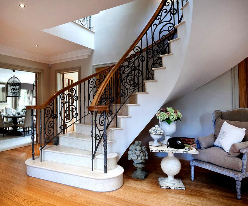 Лестница и перила должны гармонировать с интерьером и быть удобными