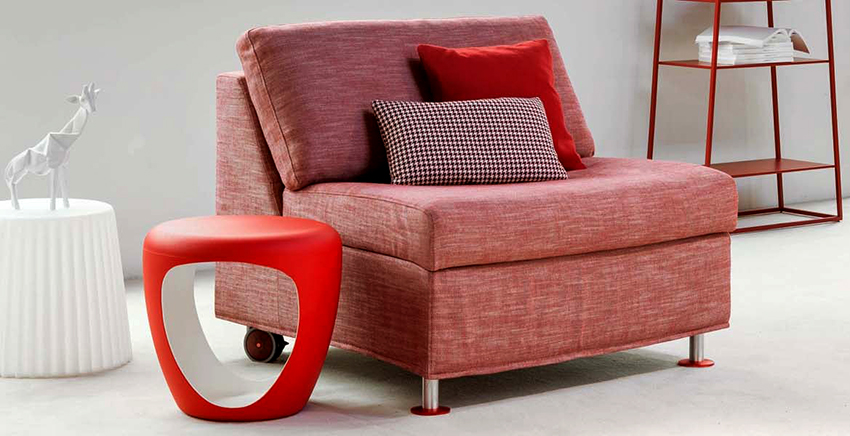 На кресле без подлокотников будет удобнее спать, кроме того, выглядит оно более лаконично
