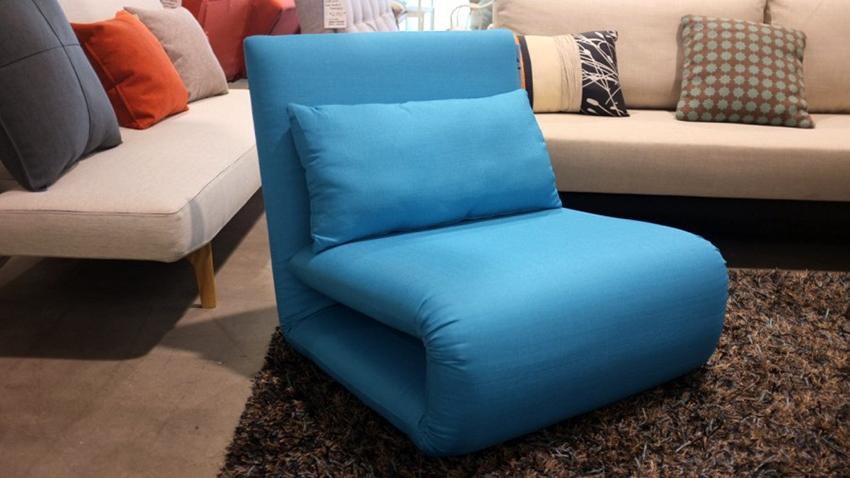 Кресло-кровать без подлокотников отличается компактностью и легким весом